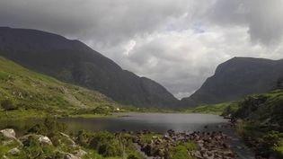 Direction la région du Connemara (Irlande) cette semaine dans le feuilleton de France 2. Un paradis pour les amateurs de pêche et de paysages sauvages. (FRANCE 2)