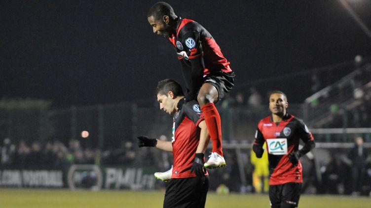 A l'image de Claudio Beauvue, qui se hisse sur les épaules de Jeremy Pied, Guingamp n'arrête pas de monter en puissance depuis la fin du mois de novembre (THIERRY ZOCCOLAN / AFP)