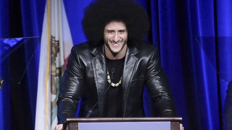 Le joueur de football américain Colin Kaepernick au Beverly Wilshire Hotel (Californie), le 3 décembre 2017. (RICHARD SHOTWELL / AP / SIPA)