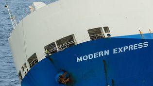 """Le cargo """"Modern Express"""" dérivedans le golfe de Gascogne, le 29 janvier 2016. (LOIC BERNARDIN / AFP)"""