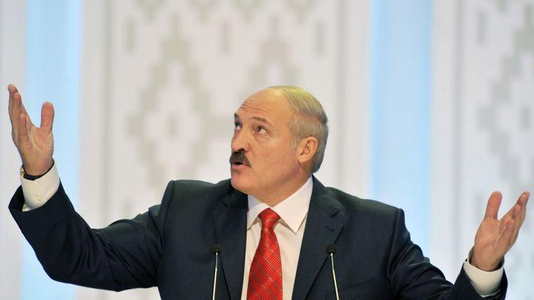 Le président Alexander Lukashenko, à Minsk, le 20 décembre 2010, lors d'une conférence de presse. (SERGEI SUPINSKY / AFP)