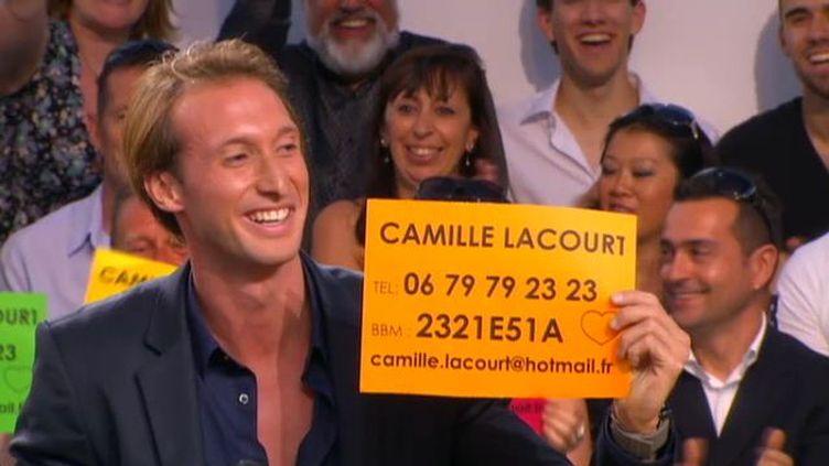 """Fabien Gilot diffuse à l'écran le numéro de Camille Lacourt lors du """"Grand Journal"""", le 24 mai 2012 (capture d'écran). (CANAL+ / FTVI)"""