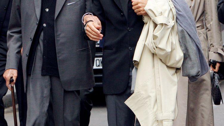 Liliane Bettencourt et Pascal Bonnefoy, alors majordome de la milliardaire, photographiés en 2007 à Paris. (PATRICK KOVARIK / AFP FILES)