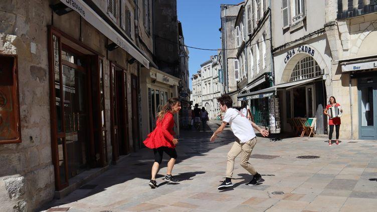 """""""Nuée d'artistes"""" dans les quartiers de La Rochelle pour un premier weekend de déconfinement culturel (CNAREP Sur le pont)"""