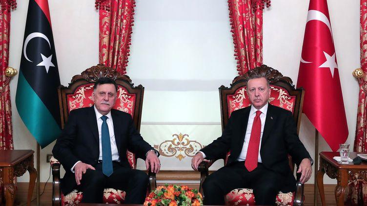 Rencontre entre le chef du gouvernement d'Union nationale libyen de Tripoli, Fayez al Sarraj,reconnu par l'ONU et le président turc, Recep Tayyip Erdogan, le 27 novembre 2019 à Istanbul. Photo fournie par le service de presse de la présidence turque. (MUSTAFA KAMACI / TURKISH PRESIDENTIAL PRESS SERVI)