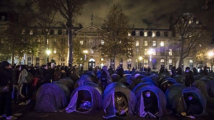 Des migrants dans des tentes sur la place de la République à Paris avant d'être évacués par les forces de l'ordre, le 23 novembre 2020. (CHRISTOPHE PETIT TESSON / EPA / MAXPPP)