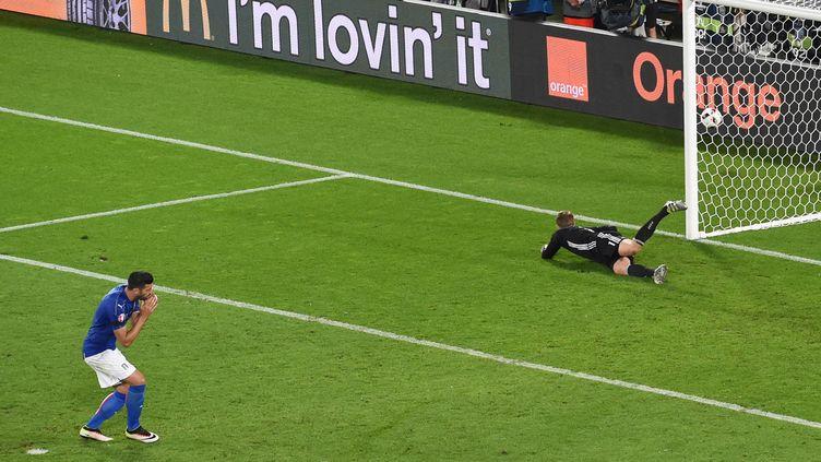 L'Italien Graziano Pellè manque son tir au but face à l'Allemand Manuel Neuer, samedi 2 juillet 2016 à Bordeaux (Gironde), en quart de finale de l'Euro. (MEHDI FEDOUACH / AFP)