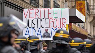 """Une pancarte réclame """"Vérité et justice pour Adama"""" lors d'un rassemblement devant la gare du nord à Paris, le 30 juillet 2016. (JULIEN MATTIA / NURPHOTO /AFP)"""