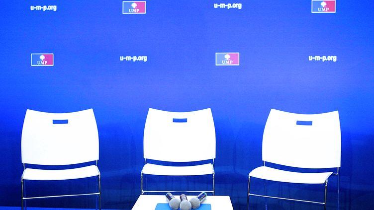 Des chaises vides, avant une conférence de presse au siège de l'UMP, le 19 décembre 2012 à Paris. (EDOUARD DE MARESCHAL / AFP)