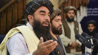 Un porte-parole des talibans, Zabihullah Mujahid, lors d'une conférence de presse organisée à Kaboul, le 17 août. (HOSHANG HASHIMI / AFP)