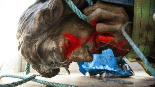 La statue d'Edward Colston, marchand d'esclaves, à Bristol (Angleterre), repêchée après avoir été déboulonnéepuis jetée à la rivière par des militants antiracistes, le 11juin 2020. (AFP)