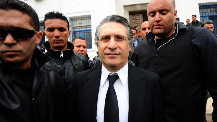 Le patron de la chaîne de télévision Nessma TV, Nabil Karoui, sort du tribunal à Tunis (Tunisie), le 19 avril 2012. (FETHI BELAID / AFP)