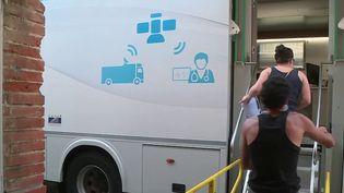 En Occitanie, pour inciter les populations rurales à se faire vacciner contre le Covid-19, un camion se rend dans les villages (CAPTURE D'ÉCRAN FRANCE 3)