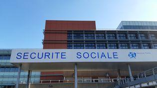 L'immeuble de la caisse primaire d'assurance maladie au Mans (Sarthe). (ALEXANDRE CHASSIGNON / RADIO FRANCE)