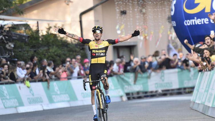 Primoz Roglic exulte lors de sa victoire sur le Tour d'Emilie, samedi 2 octobre 2021 à Bologne. (BETTINI / ANSA)