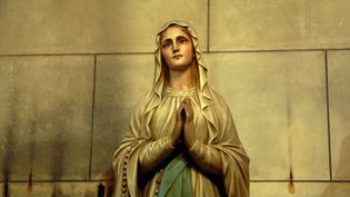 Statue de la Vierge Marie dans une église à Marseille (Bouches-du-Rhône). (CYRIL SOLLIER / MAXPPP)