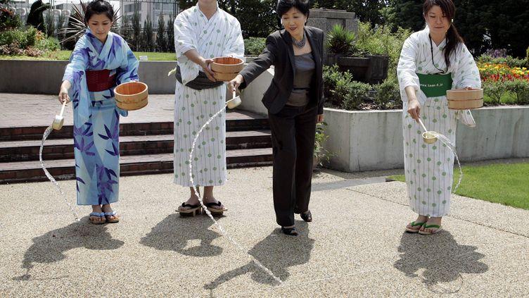 """Le ministre de l'Environnement japonais en habit traditionnel estival pour promouvoir le """"cool biz"""". (TOSHIFUMI KITAMURA / AFP)"""
