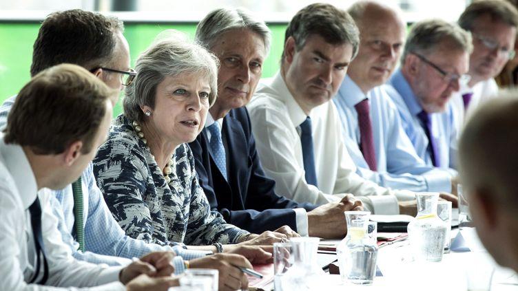 La Première ministre Theresa May dirige une réunion de cabinet consacrée au Brexit à Gateshead (Royaume-Uni), le 23 juillet 2018. (DANNY LAWSON / AFP)