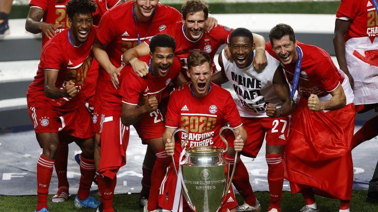 Joshua Kimmich, au centre, est heureux de célébrer le titre du Bayern Munich avec ses coéquipiers. (MATTHEW CHILDS / POOL)