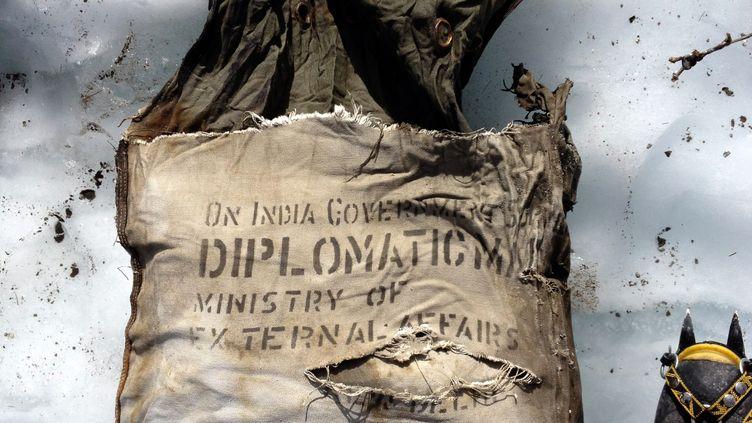 Le sac retrouvé près de l'épave du Boeing d'Air India par deux alpinistes français sur le Mont-Blanc (Haute-Savoie), le 21 août 2012. (ARNAUD CHRISTMANN / AFP)