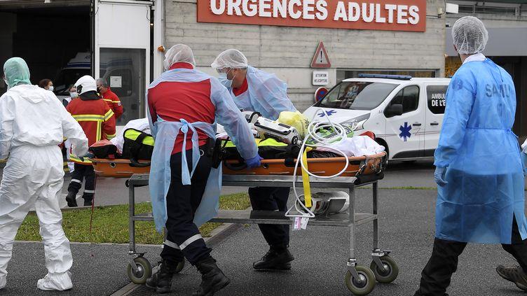 Un patient Covid-19 transféré à l'hôpital de Strasbourg (Bas-Rhin), le 12 novembre 2020. (FREDERICK FLORIN / AFP)