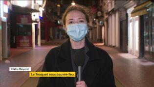 Deux tiers des Français vivent désormais avec un couvre-feu à 21h pour lutter contre la propagation du coronavirus. Samedi 24 octobre, c'était un soir de grande première pour les habitants de 38 départements, dont ceux du Touquet, dans le Pas-de-Calais. (FRANCEINFO)