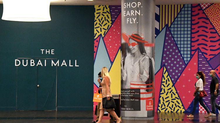 Le centre commercial de Dubai accueille de nouveau des clients, munis de masques, le 28 avril 2020. (KARIM SAHIB / AFP)