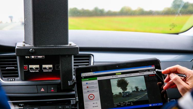 Un contrôle de vitesse avec le nouveau radar mobile embarqué de la gendarmerie de Niort (Deux-Sèvres), le 14 octobre 2016. (Photo d'illustration) (MAXPPP)