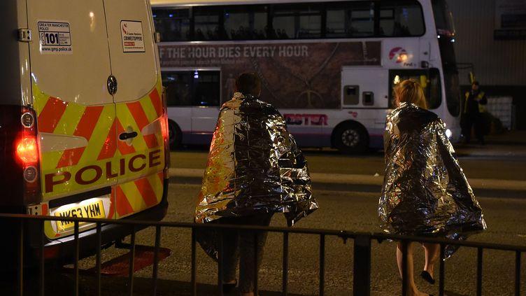 Des spectateurs du concert d'Ariana Grande à Manchester après l'explosion, mardi 23 mai. (PAUL ELLIS / AFP)