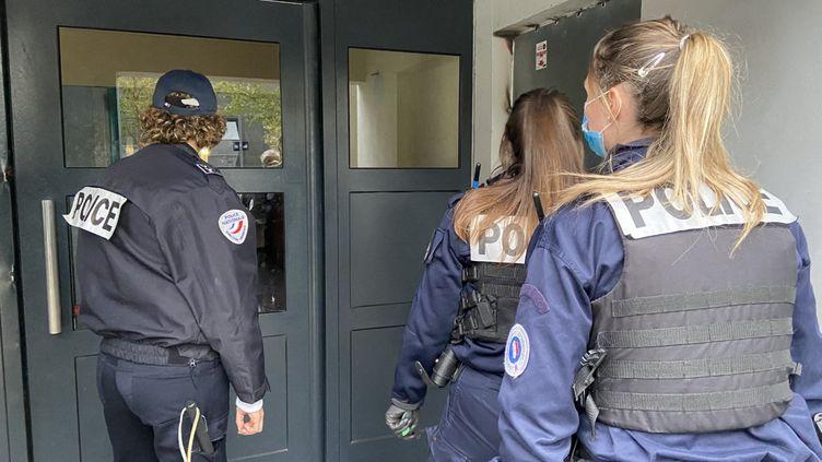 La police à l'entrée d'un immeuble dans le quartier des Dervallières à Nantes. (FRANÇOIS VENTÉJOU / RADIOFRANCE)