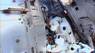L'astronaute italien Luca Parmitano, mardi 16 juillet, à l'extérieur de la Station spatiale internationale. (HO / NASA TV / AFP)
