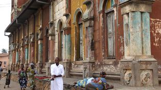 Un mur de la Grande Mosquée de Porto-Novo, menacée par le temps (5 juillet 2016)  (Yanick Folly / AFP)