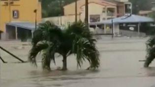 De fortes pluies et orages ont frappé la Martinique. L'île est placée en vigilance orange, alors que de nombreux habitants ont été piégés. (CAPTURE ECRAN FRANCE 2)