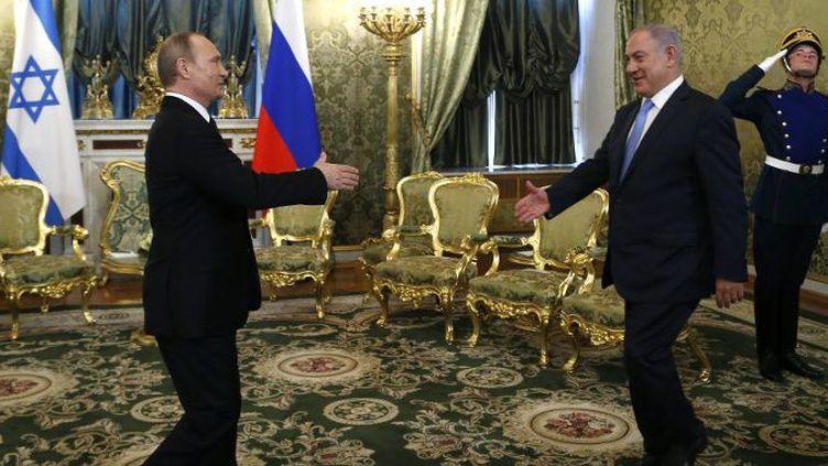 Le président russe Poutine accueille le Premier ministre israélien Netanyahu à Moscou en juin 2016. (Maxim Shipenkov / POOL / AFP)