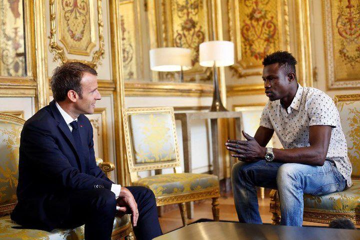 Mamoudou Gassama reçu à l'Elysée par le président Emmanuel Macron le 28 mai 2018. Sorti de la clandestinité, il sera bientôt naturalisé pour son geste héroïque. (Photo AFP/Thibault Camus)
