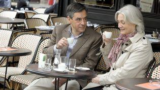 François Fillon et son épouse Penelope Fillon prennent un café en terrasse dans le 7e arrondissement de paris, le 28 avril 2013. (ELODIE GREGOIRE / REA)