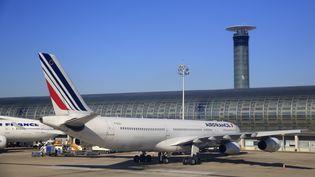 Un avion Air France est posé sur le tarmac de l'aéroport Charles-de-Gaulle, le 6 août 2015. (PASCAL DELOCHE / PHOTONONSTOP / AFP)