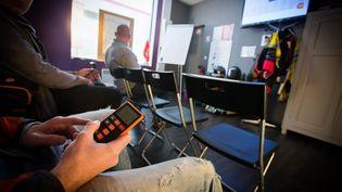 Des apprentis conducteurs passent un test sur le Code de la route dans une auto-école de Lens (Pas-de-Calais), le 2 mai 2016. (MAXPPP)