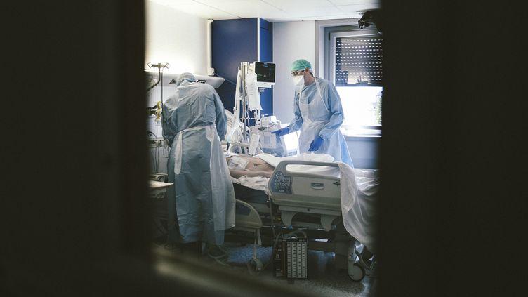 Une chambre du service des soins intensifs de l'hôpital Jacques-Cartier, à Massy (Essonne), le 9 avril 2020. (YANN CASTANIER / HANS LUCAS / AFP)