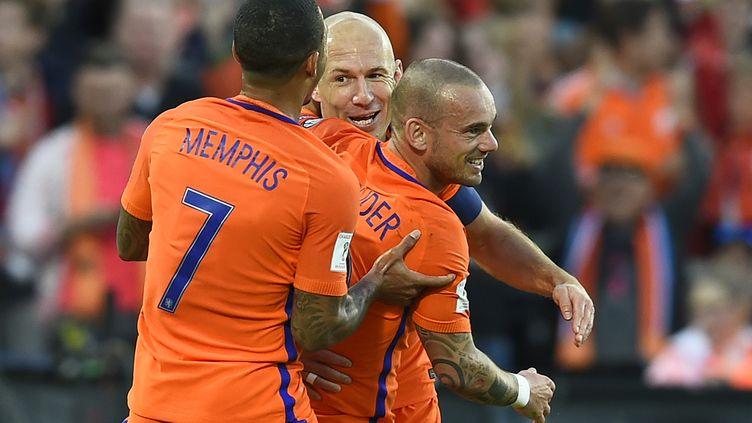 Mmemphis Depay, Wesley Sneijder et Arjen Robben heureux avec les Pays-Bas (JOHN THYS / AFP)