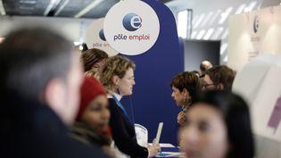 Des personnes s'approchent du stand de Pôle emploi au salon des entrepreneurs, le 5 février 2015 à Paris. (MAXPPP)