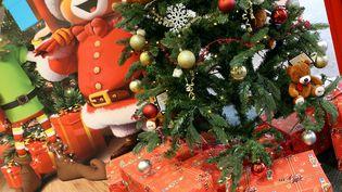 Des cadeaux au pied du sapin pour Noël. (JULIO PELAEZ / MAXPPP)