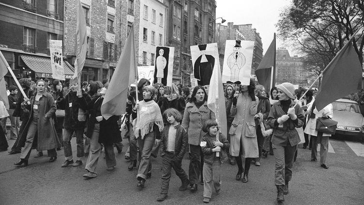 """Un millier de femmes manifestent pour exiger """"l'avortement et la contraception libres et gratuits"""", le 25 novembre 1972, à Paris, un après l'appel des 343 """"salopes"""". (AFP)"""