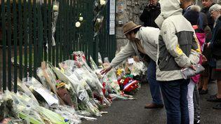 Des personnes viennent rendre hommage au gendarme Arnaud Beltrame, samedi 24 mars 2018 à Trèbes (Aude). (MAXPPP)