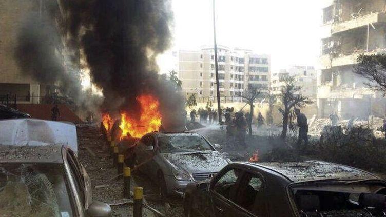 Une voiture a explosé près de l'ambassade d'Iran, le 19 novembre 2013, à Beyrouth (Liban). (AHMAD YASSINE / REUTERS)