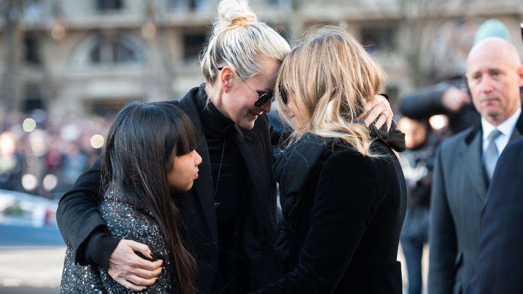 Laeticia Hallyday et Laura Smet lors de l'hommage populaire à Johnny Hallyday à paris, le 9 décembre 2017. (BLONDET / SIPA)