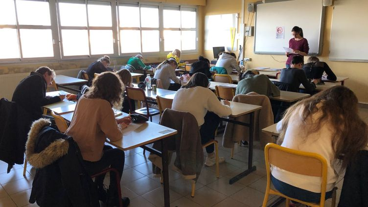 Des élèves planchent sur des épreuves anticipées du baccalauréat en histoire-géographie, au lycée Racine de Montdidier (Somme), le 21 janvier 2020. (ALEXIS MOREL / FRANCE-INFO)