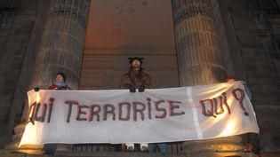 Manifestation de soutien aux mis en cause dans l'affaire de Tarnac, à Limoges (Haute-Vienne), le 13 décembre 2008. (MAXPPP)