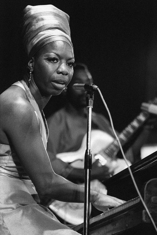 Nina Simone en juillet 1969 lors d'un concert dans le cadre du festival panafricain d'Alger. Infatigable militante des droits civiques, c'était aussi une femme en colère. Pianiste de formation classique, elle aurait pu devenir concertiste si la couleur de sa peau n'avait été un obstacle dans l'Amérique de l'après-guerre.  (ELEONORE BAKHTADZE / AFP)