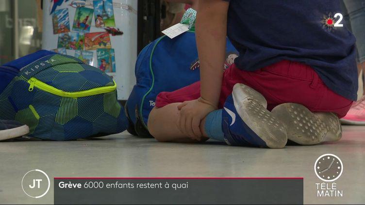 Un enfant dans une gare SNCF (FRANCE 2)